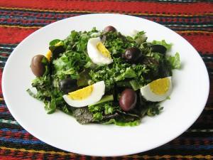 Пролетна зелена салата с маслини и яйце