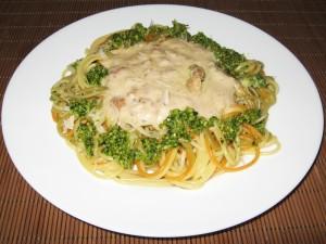 Спагети триколоре със сос карбонара и песто от левурда