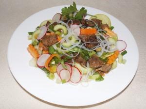 Салата с патешко месо, зеленчуци и оризови нудъли