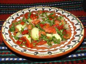 Шопска салата с печен лук